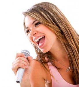Voksen dame lærer å synge