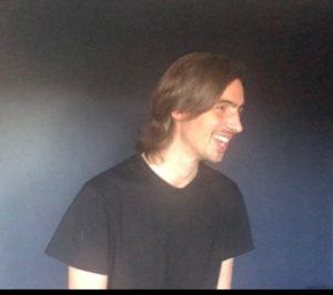 et bilde av Thomas som smiler