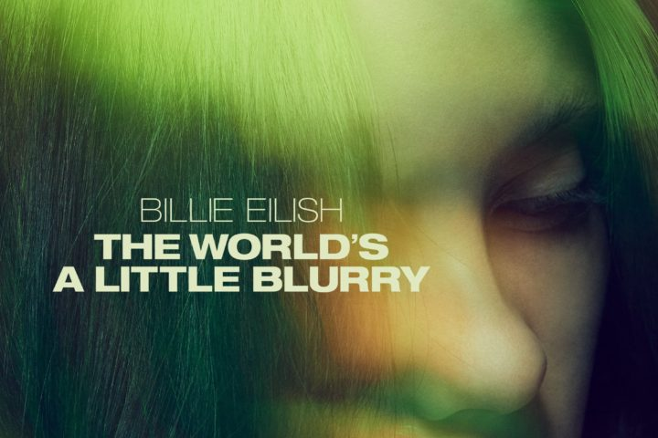 Billie Eilish The World's A Little Blurry - et nærbilde av Billie Eilish med filmtittelen