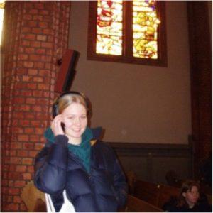 et bilde av Leah som snakker i telefonen i en kirke
